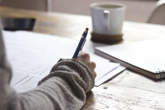 思考とアウトプットのステップで有効な方法がこちらです。自分が今考えていることや、悩んでいること、決めかねていること、はっきりさせたいと思っていることなどをノートや紙に書き出してみましょう。マインドマップを作成するように、テーマからどんどんと広げて書いていくと、頭や心の中にとどめていることを言語化することができますよ。