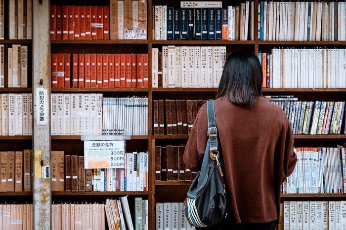 インプットのステップでも例に挙げた方法、読書。本を読むことは、知識を増やすだけではなく、考え方や価値観を深く、広くするきっかけにもなり得ます。ライフスタイル、自己啓発、ビジネス、ステップアップなど、自分が深く興味を持つことができそうなジャンルの本を選んで、じっくりと読んでみてはいかがでしょう。