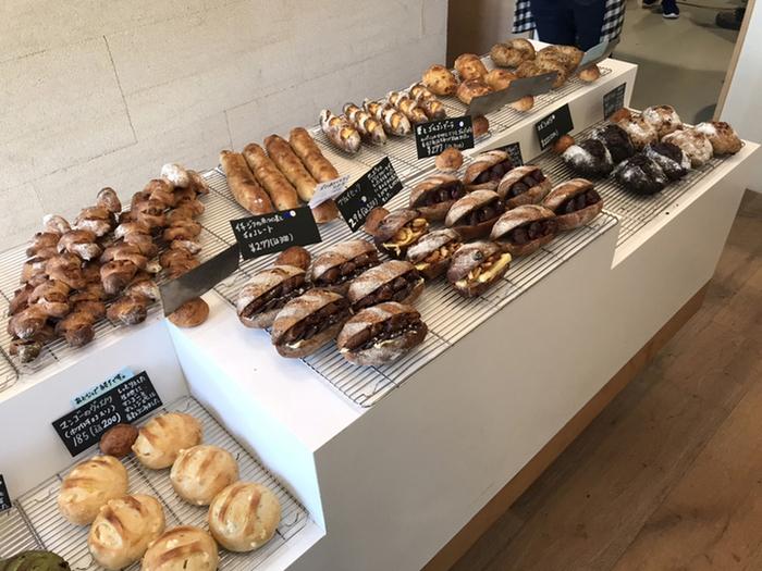 店内の棚いっぱいにに自慢のパンが並んでいます。どれもそれぞれ個性があり、選ぶのに迷ってしまいそう。毎週火曜日は、ベーグルと食パンの日で、いろいろなベーグルやサンドイッチなどを楽しめますよ!