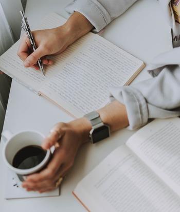 日々の積み重ねや達成感を実感することで、ストレスが軽減されるという方にはこちらの方法がおすすめです。今日1日や、1週間、1ヶ月、1年などの期間を決めて、自分自身の振り返りをしてみましょう。「今日はこうだった」と振り返ると同時に、「明日はこうしたい」など、未来につなげる目標も一緒に書き出すことで、頭の中がよりすっきりと整理できそうです。お仕事や勉強の振り返り、家事やお料理、趣味の振り返りなど、様々な場面で応用することができる言語化の方法です。