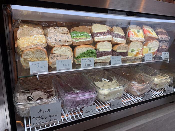 たっぷり具材がサンドされた断面が美しい!ベーグルサンドの下の段にはクリームチーズが置いていあり、ベーグルとクリームチーズを選んで、オリジナルのベーグルサンドも注文できますよ。