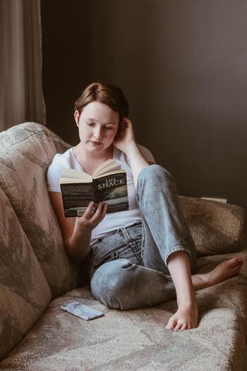 自分の気持ちに正直に、その日その時の感情にマッチした、お気に入りの一冊の力を借りて。心穏やかな時間を過ごして、あなた自身を大切にいたわり、心の奥深くまで、存分に解放してあげてくださいね。