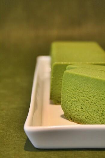 「挽きたて抹茶の贅沢テリーヌ」は、京都・宇治にあるシェ・アガタの有名スイーツ。9月から5月末まで季節限定の販売で、メディアにも数多く取り上げられる大人気商品です。材料は抹茶、バター、ホワイトチョコレート、小麦粉、砂糖、卵だけ。シンプルな材料だからこそ、すべて手作業にこだわって丁寧に作られています。