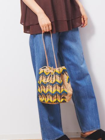 ラフィア素材を採用し、春夏にぴったりな涼しげデザインに仕上げた巾着バッグ。イエローやブルーを組み合わせて、季節感たっぷりな印象に仕上げています。ハンドル部分にはヌメ革を用いて、カジュアルになりすぎない大人仕様の巾着バッグに。