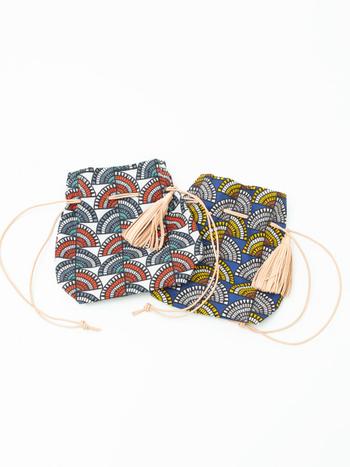 ちょっぴり民族テイストを感じさせる、総柄デザインの巾着バッグです。細い紐をショルダーに採用し、大きめのタッセルが付属しているのがポイント。カジュアルやシンプルコーデに合わせて、バッグを主役にするスタイリングがおすすめです。