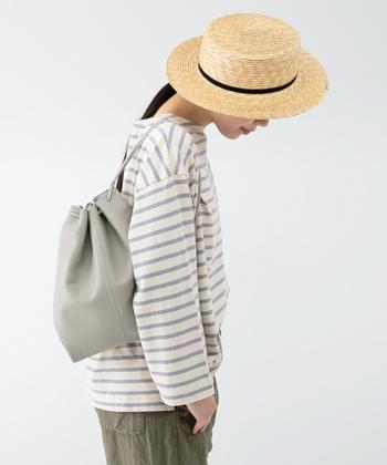 ナチュラルシュリンクレザーという、シボ感のある柔らかな革で作られた巾着バッグです。少し大きめのサイズで、さまざまなスタイリングに合わせやすいアイテム。内ポケットもしっかりとついているので、バッグの中で小分け収納がしたいという方にもおすすめです。