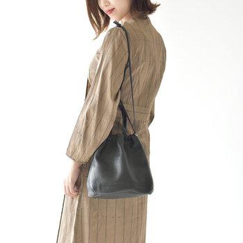 コーデのワンアクセントに。大人女子におすすめの「巾着バッグ」カタログ