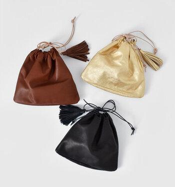 肉厚な素材感のレザーを採用した、ころんとかわいい巾着バッグです。ブラウン・ブラック・ゴールドの3色展開で、コーデのアクセントとしても活用できるカラーが揃っています。革ひものショルダーやタッセルが、クラシカルな上品さを演出してくれるアイテムです。