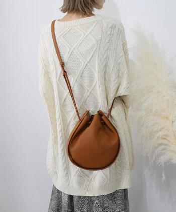 丸みのあるシルエットの巾着バッグは、デイリーコーデに合わせやすいアイテム。ソフトタッチなエコレザーを素材に採用しているため、柔らかさとナチュラルさを演出できます。ショルダーと巾着スタイルの2wayで使えるので、コーデやシーンに合わせて持ち方を変えられるのもポイント♪