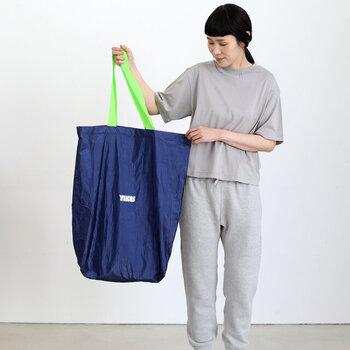 とっても大きいインパクト大のトートバッグはポリエチレンに特殊加工を施した素材感がスポーティーでオシャレ。軽くて折りたたんで持ち歩けるのもポイントです。