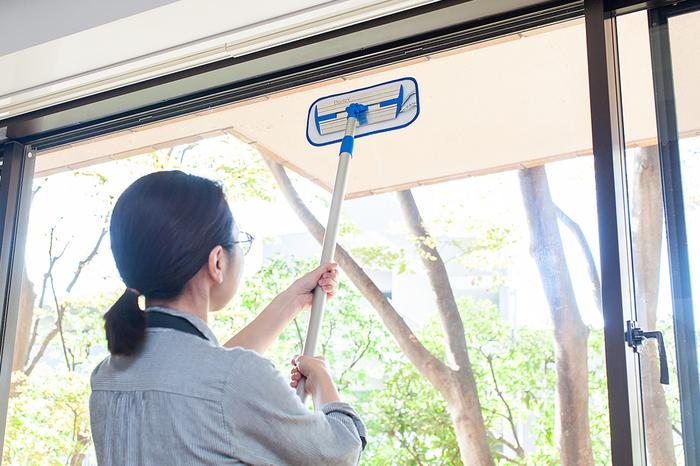 ハンドルは長さの調節が可能で、100cm~180cmの間で自由に調整できるので、大きな窓やなかなかお掃除が行き届かない壁の拭き掃除などもにも使えます。