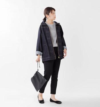 テーパードデニムパンツと、色味を合わせたデニムジャケットを合わせたコーディネート。大きめサイズのデニムジャケットを選ぶことで、メンズライクな着こなしに女性らしさをプラスできます。グレーのトップスと黒のシューズを合わせて、クールなモノトーンスタイルに。
