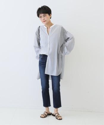 ロング丈のシャツトップスを、濃色のテーパードデニムに合わせたスタイリングです。裾のボタンを開けて半分だけタックインする着こなしは、トレンド感がアップ。もちろん両裾をタックインしても、あえて外に出して太ももをカバーしても爽やかにキマります。