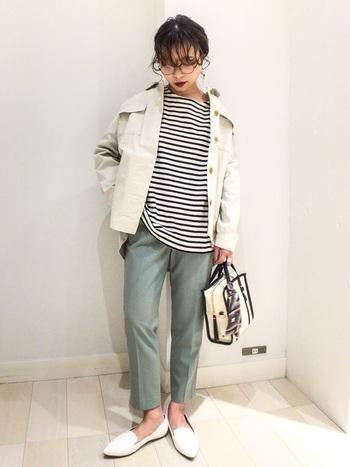 薄色グリーンのテーパードパンツに、ボーダートップスとシャツジャケットを合わせたトレンド感たっぷりなコーディネートです。足元は白のフラットシューズで、カジュアル×フェミニンな着こなしに。