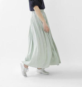ミントグリーンカラーのマキシ丈スカートは、ヴィンテージ感のある軽やかな質感が特徴のアイテム。歩くたびにひらひらと揺れて、女性らしさを演出してくれます。ロゴTシャツやデニムジャケットなど、カジュアルアイテムと合わせたミックススタイルにもおすすめ。