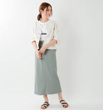 ヴィンテージグリーンカラーのタイトスカートに、白Tシャツとジャケットを合わせたコーディネート。トップスを同色で揃えているのが、爽やかな春夏コーデに仕上げるポイントです。足元は黒のサンダルを素足に履いて、涼しげなスタイリングに♪