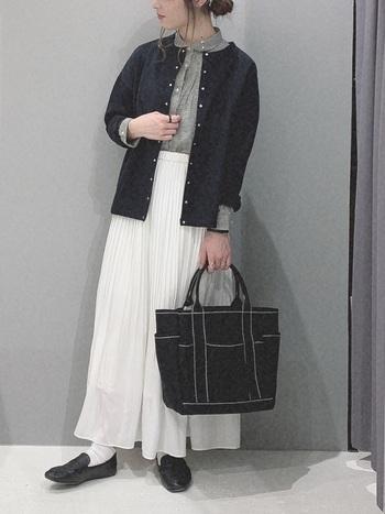 清楚な白プリーツスカートは、シャツ+カーデでパリっぽくコーデ。スカート以外のアイテムのカラーをモノトーンでまとめれば幼く見えたり、可愛すぎる印象にはなりません。
