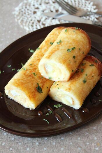 ハムとチーズのフレンチトーストなら、こちらのレシピもおすすめ。食パンを使った、見た目もかわいい甘くないフレンチトーストです。卵液に漬ける前に、具を挟んでくるくる巻いておくのがポイント。また、しっかり漬け込むのではなく、ささっとまとわせるくらいでとどめるのがおいしく仕上げるコツです。
