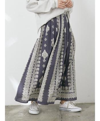 花柄やエスニック柄など、様々な柄のウエストゴムのスカートがあります。リゾートシーンにも普段使いにも活躍する、ロングセラーです。