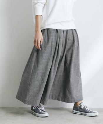 カジュアルで合わせやすいギャザーロングスカート。何枚あっても使えるスカートは色違いでいくつか持っておきたくなる便利さです。