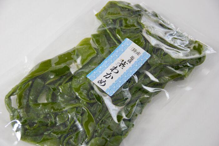 袋入りなどでパッケージ商品となったかたちで、よく塩蔵の茎わかめが販売されています。基本は、湯通し済み(さっと茹でてあります)。  塩蔵とは、塩づけ保存されたものであり、しっかりと水に漬けることで、塩抜き&しわしわした状態から戻すことができます。それでは手順を確認しましょう。