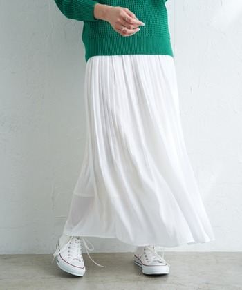 長い間トレンドを独占しているプリーツスカート。合わせやすさ、体型カバー力など、どれをとっても優秀な逸品です。単色のプリーツスカートに飽きたら柄物やデザインで遊んでみましょう。