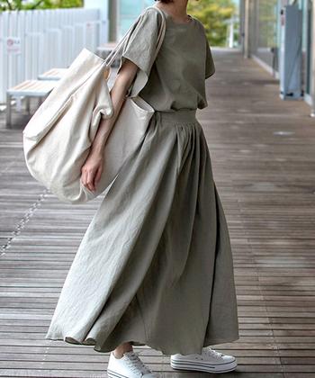 リネンのロングスカートには、その素材を存分に楽しむため、同じ素材のトップスを合わせて。肌触りよく、風が吹くたび気持ちの良いリネン地は、ぽかぽか陽気にぴったりの素材。