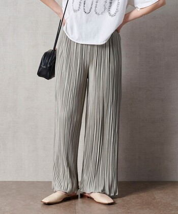 """細かなプリーツの入ったパンツ。足が細く長く見え、かつ女性らしくも見える""""着映え""""パンツです。"""