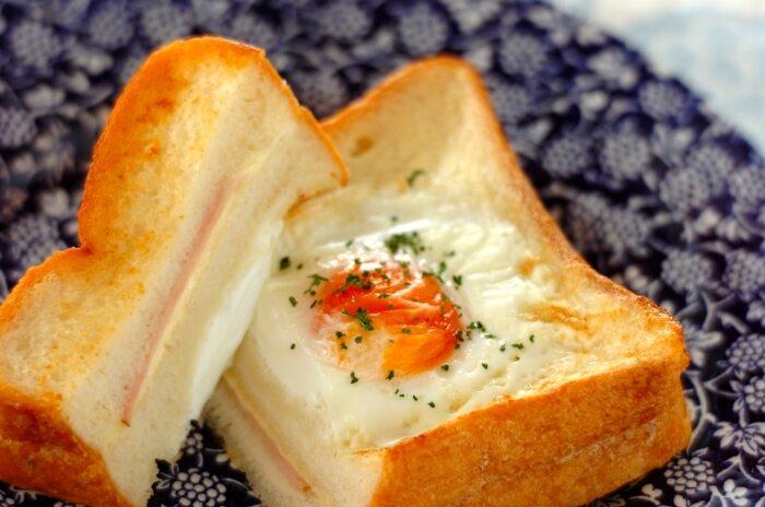 わぁ!と歓声が上がりそうなクロックマダム風のリッチなフレンチトーストです。卵を使わない、フレンチドレッシングと牛乳仕立ての漬け込み液が特徴。チーズとハムは漬け込む前から挟んでおいて、焼く前に卵をパンの中央に落としましょう。パンを凹ませておくと上手く卵を落とせますよ。こんがり焼けたら、パセリを振って完成♪