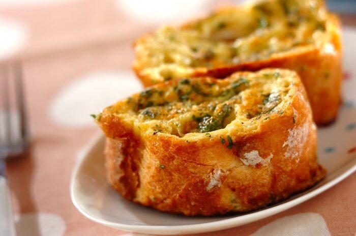 甘くないフレンチトーストでは、溶けるチーズがよく使われますが粉チーズでもOK!粉チーズなら、漬け込み液に一緒に混ぜられるので、まんべんなく味が染み込みます。こちらのレシピでは、パセリも一緒に漬け込むので、あとはこんがり焼くだけ。こちらもお酒によく合いますよ♪