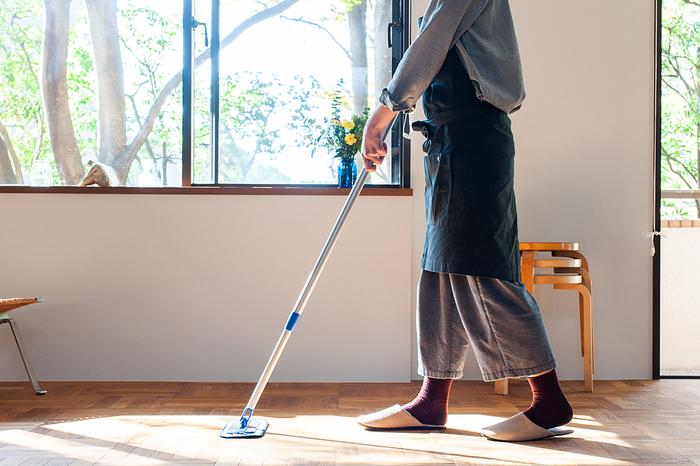 洗剤を使わずに少量の水だけでフローリングも、畳もお掃除できちゃいます。霧吹きに水をいれて、クロスや床に直接噴霧して拭き取りながらお掃除してもOK。