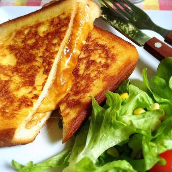 こちらのフレンチトーストは、なんと断面からカレーが登場!お子様も喜ぶレシピです。  食パンは袋状に切込みを入れてからカレーを入れるのがコツ。カレーはレトルトカレーでOKです。チーズも一緒に入れるとコクもアップ。こちらも、具を入れてから漬け込み液に漬けて焼きます。側面もこんがりよく焼きましょう♪