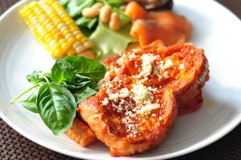 フレンチトーストの漬け込み液は牛乳と卵、という共通認識を吹き飛ばすユニークレシピ。なんと、トマトジュースと卵で漬け込み液を作ります。バターの代わりにオリーブオイルで焼くと、また違った味わいを楽しめるでしょう。仕上げに粉チーズを振ってバジルを添えたら、イタリアンなフレンチトーストの完成♪