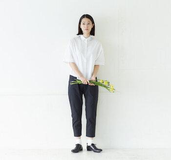 小さめの襟と短めの着丈がミニマムな印象の半袖シャツ。アンクル丈のパンツと合わせるとバランス良く着こなせます。ソックスに革靴の絶妙な組み合わせも◎