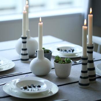 ディナーにはキャンドルを灯してみましょう。あたたかなキャンドルの炎を眺めながら、ゆったりとした時間を過ごせますよ。いつもと雰囲気と違う食卓では、普段言えないような会話もうまれるかもしれませんね。