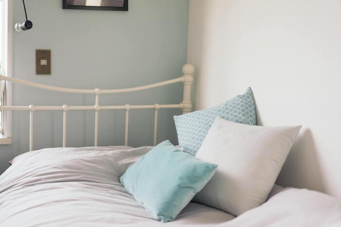 グレイッシュブルーも人気のアクセントクロス。甘すぎない爽やかな女性らしさを演出できます。フレンチテイストのインテリア小物や家具と組み合わせれば、大人可愛いロマンティックなお部屋に。