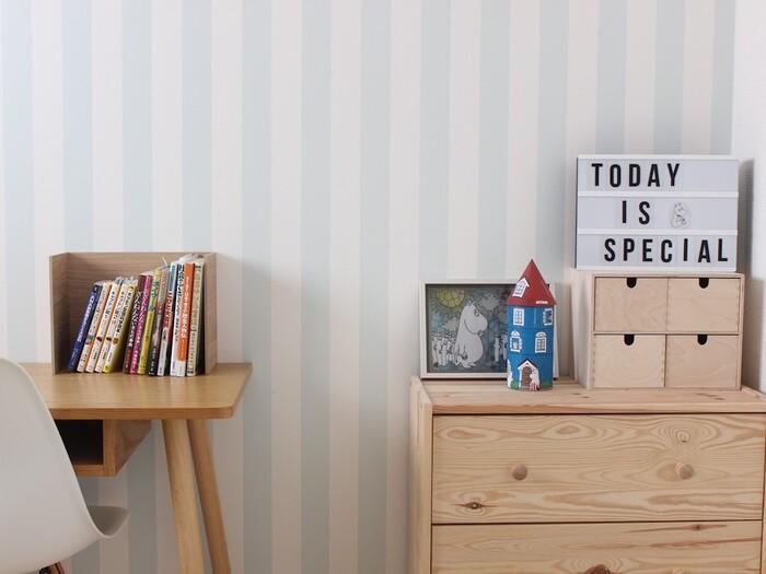 たとえばブルーは、気持ちを静め集中力を高める色だといわれています。気持ちをクールダウンしてくれる色のため、勉強部屋やワークスペースにぴったり。このように、お部屋に求めるイメージに合わせて気軽に壁を変えられるのも、アクセントクロスの魅力です。