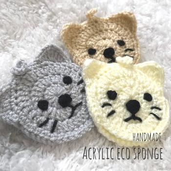 顔に施されたシンプルな刺繍がとっても可愛い猫のアクリルたわしです。飼い猫の毛色や表情に合わせて糸を選んでみるのも楽しいですね。 丸いアクリルたわしのふちに耳を編みつけて作ります。