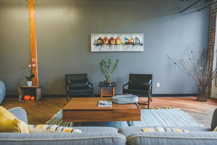 深みのある色合いのアクセントクロスは、空間を引き締めてくれます。 木製家具などにも相性が良く、「無機質×木」のコントラストでぐっとおしゃれな雰囲気に。壁をキャンバスに見立てて、お気に入りのアートなどを飾ってみてはいかがでしょうか。