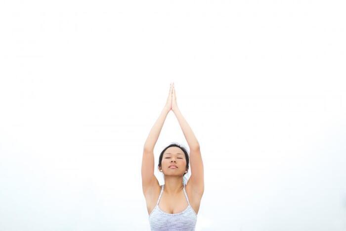 中国伝統の民間療法といわれる「気功」。「気」とは、中国では「魂の力」とも呼ばれ、生命を維持するための根本エネルギーのことです。中国医学では、「気」の流れが悪くなると身体のバランスも崩れて病気になりやすいといわれており、逆に「気」の流れが良いと身体のバランスがとれて健康でいることができるといわれています。