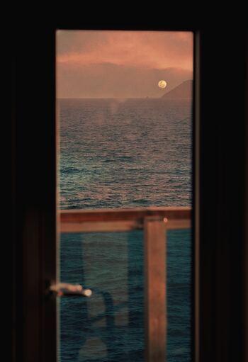 澄んだ月の光が空からそそがれているような、夢の世界に誘う静かな夜想曲。当時ドビュッシーが想いを寄せていた人に贈ったと言われる、ファンタジックで愛にあふれた代表作です。眠る前に聴くと心がふんわり落ち着きます。