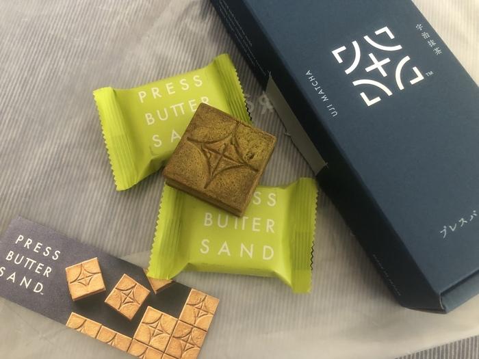 京都の新定番として人気を集めているPRESS BUTTER SANDの「バターサンド宇治抹茶」。抹茶バタークリームとキャラメルクリームを抹茶入りのクッキーでサンドしています。関西、空港限定のフレーバーですが、ネットで注文できるのでおうちでも味わえますよ。