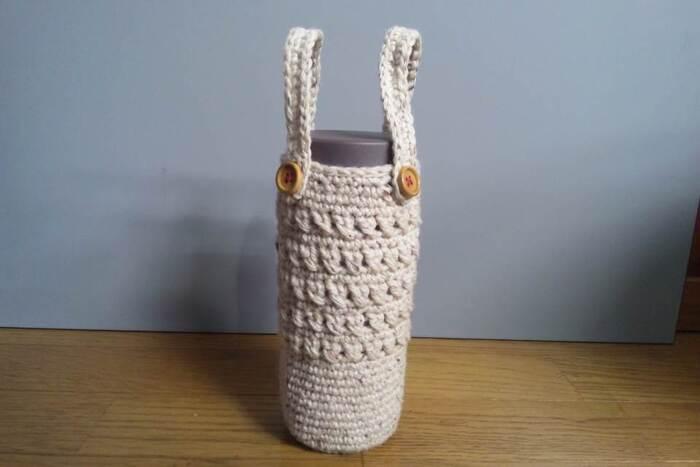 小さなバッグの様でとってもおしゃれなのが、ニットタイプのペットボトルホルダー。毛糸1玉で仕上がりますが、毛糸の素材や太さによって仕上がりが変わるので、お好みの雰囲気を楽しんでみてくださいね。ミシンがなくても手軽に作れるのも◎。編み物がお好きな方は、編み柄などもアレンジして入れてみてくださいね。