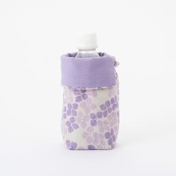 上の部分を折り返すと、小さなサイズのペットボトルにも使用可能。このサイズに使えるカバー、意外に少ないんですよね。