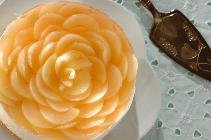 桃をスライスして花びらを表現したヨーグルトムースケーキ。土台はヨーグルトムースとスポンジで作っています。桃は缶詰を使い、スポンジも市販にすればよりお手軽に。薔薇をイメージしながら、外側から放射状に重ねます。上品な見た目のケーキは、さっぱり爽やかな味わいです。