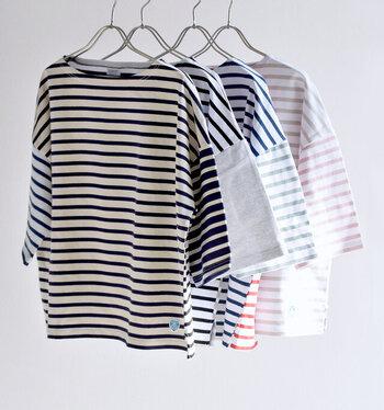 左右の袖や前後で配色が異なるユニークなデザインが魅力的な五分袖のカットソー。色の効果で角度によって雰囲気が変わるのが楽しいし、立体感あるシルエットやドロップショルダーも表情豊か。お気に入りを手に入れれば、きっと自慢の1枚になることでしょう。
