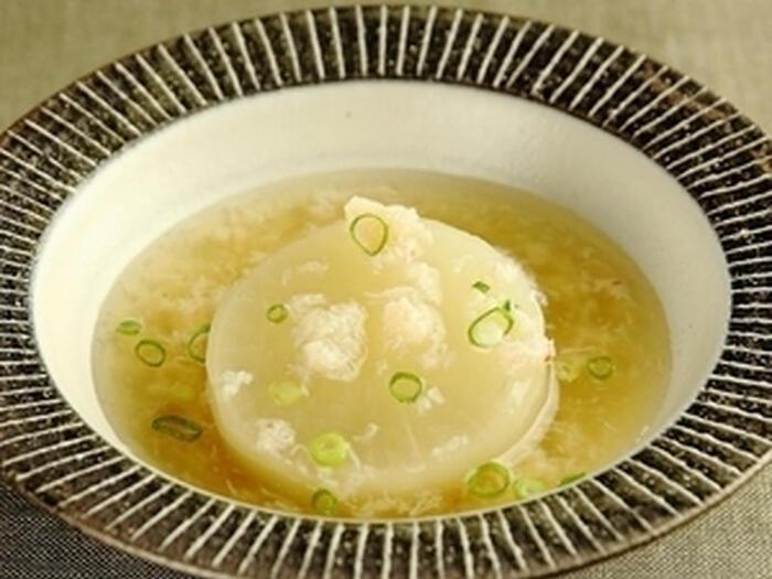 みりんが白醤油の塩みをやわらげ、味のしみた大根につやも出してくれます。蟹は缶詰でOK。