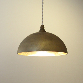 真鍮の輝きが美しいランプです。外側はざらっとした質感で、落ち着いた印象。使うほどに色合いが変化していくので、長く愛用できますね。