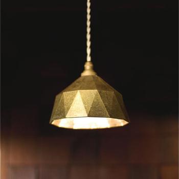 FUTAGAMIのランプはバリエーション豊か。形や大きさの異なる真鍮のランプが揃っています。写真は「明星」の小サイズ。お部屋がアンティークな印象になりますね。