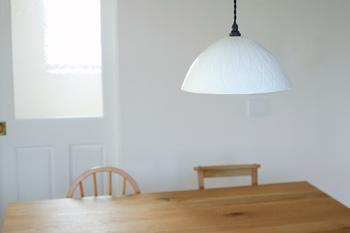 柔らかい白がお部屋に温かみをプラスしてくれそうなランプです。大きさやデザインは4種類あり、用途に合わせて選べますね。写真は「蓮弁彫文 大」で、比較的広い範囲を照らしてくれます。